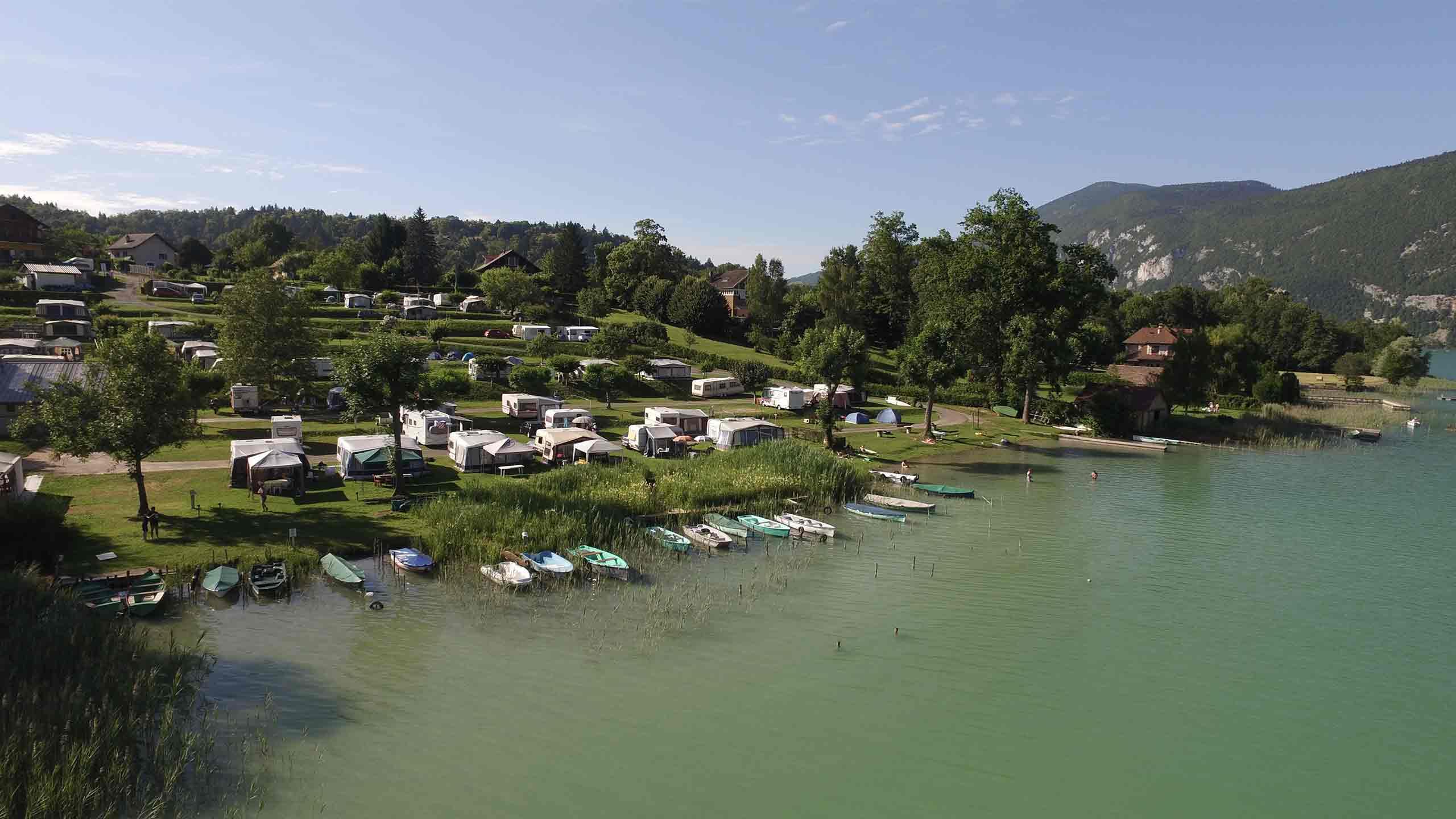 cette image represente une vue aérienne du camping bellevue au bord du lac d'Aiguebelette